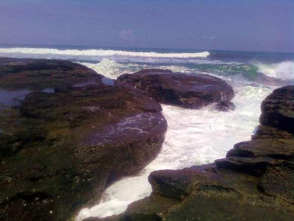 Anda Dapat menikmati deburan suara ombak di pantai cicalobak