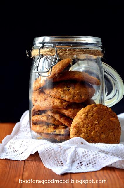 Dobrze jest mieć ciasteczka schowane w puszce na czarną godzinę... Gdy w domu nie ma nic słodkiego, są jak znalazł ;) Te proste w wykonaniu ciastka są mięciutkie, sycące i przez dodatek płatków zbożowych, zdrowsze. W sam raz na szybką przekąskę i to bez większych wyrzutów sumienia ;)