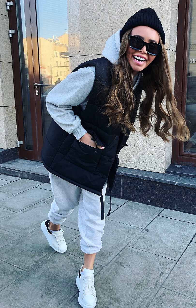 comfy fall outfit / vest + hoodis + white sneakers + pants + hat