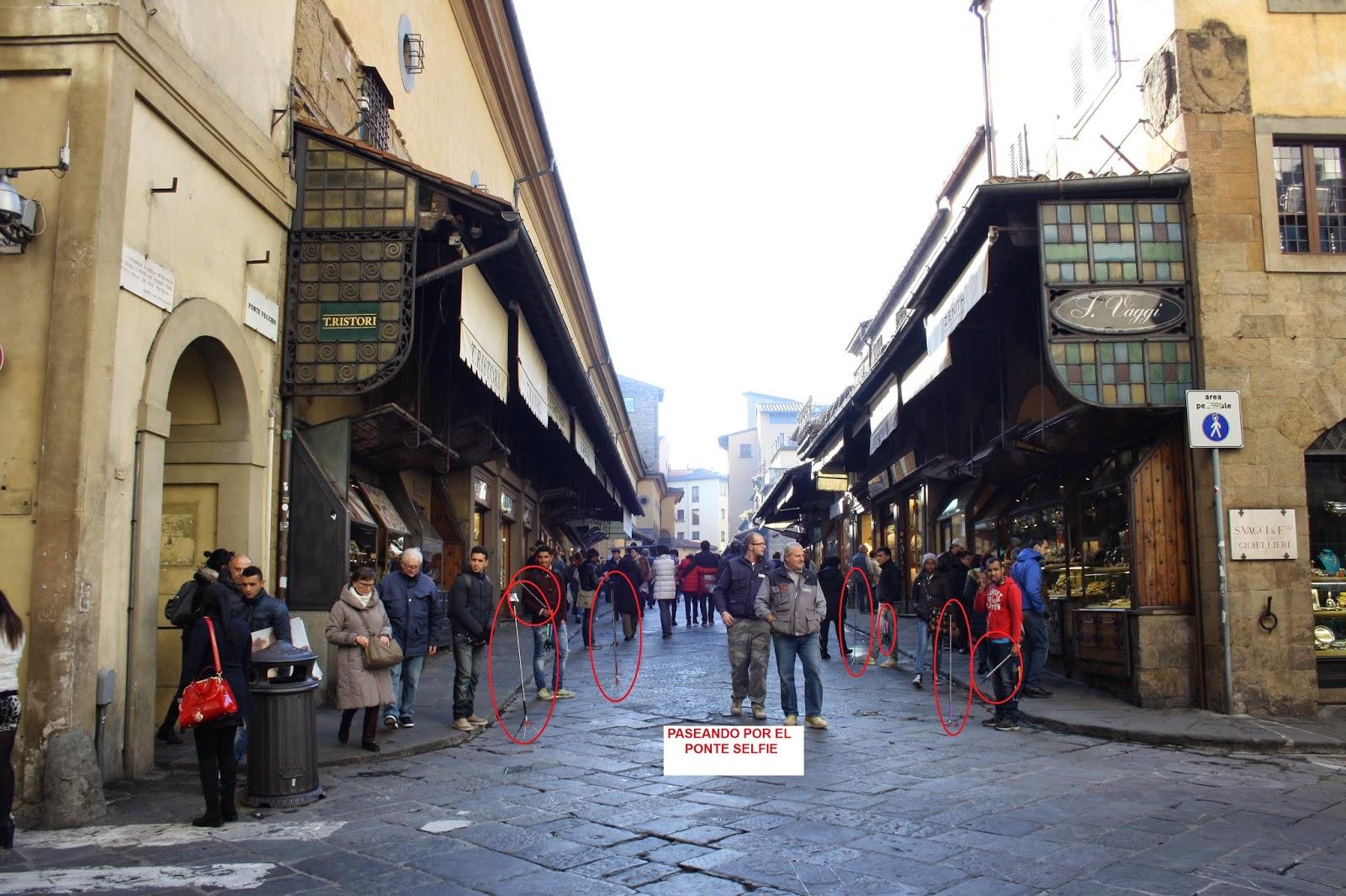 Omnipresencia de personas con palo selfie en el ponte Vecchio de Florencia