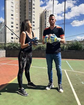 Mônica aprende truques com goleiro do Grêmio (Foto: Divulgação SBT)