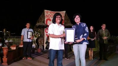 Brand Manager Wuling Motors Indonesia, Dian Asmahani saat menerima penghargaan Car of The Year 2017 dari majalah mobilmotor untuk Wuling Confero S di kategori Small MPV.