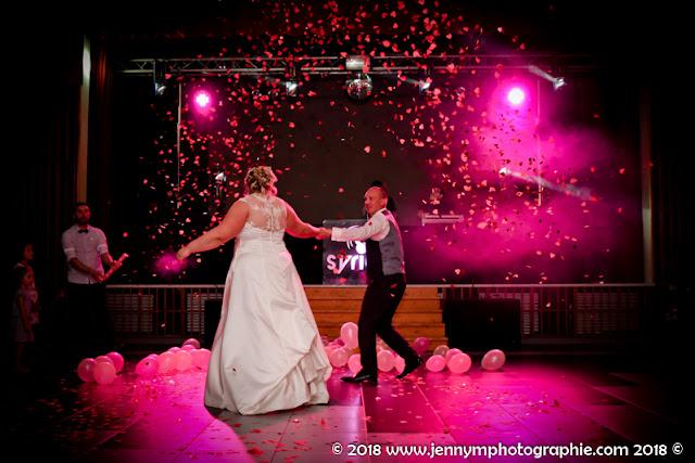 photo ouverture de bal mariage avec canons de confettis coeurs roses