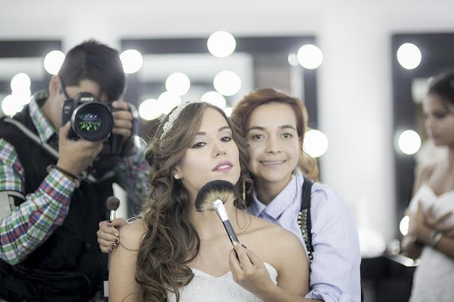 Kobieta fotograf podczas sesji zdjęciowej