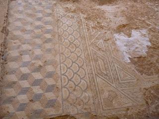Mosaico en el acceso al aula magna