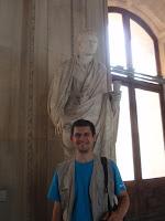 Ведущий блога рядом со статуей Октавиана Августа