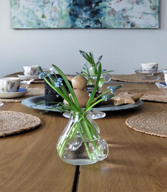 Borddekking med perleblomster - Perleblomster på rekke og rad- borddekking - interiør