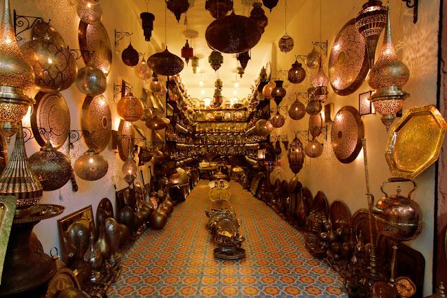 Interior de una tienda de lámparas en el zoco de Marrakech