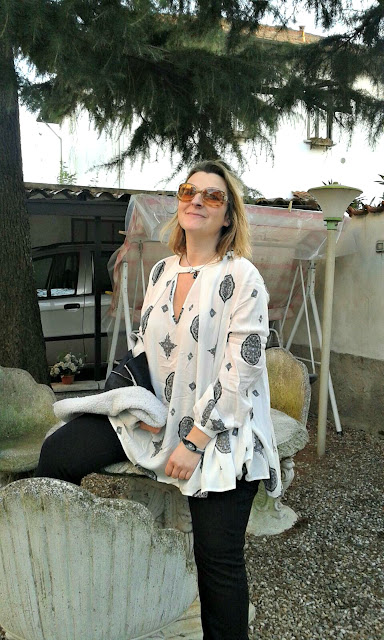 http://www.shein.com/White-Cut-Out-Front-Tribal-Print-Blouse-p-255767-cat-1733.html?utm_source=paroleopereomissioni.blogspot.it&utm_medium=blogger&url_from=paroleopereomissioni