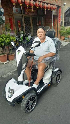 身材高壯的梁先生選購伍氏大型電動代步車,對於騎乘的舒適度非常滿意。