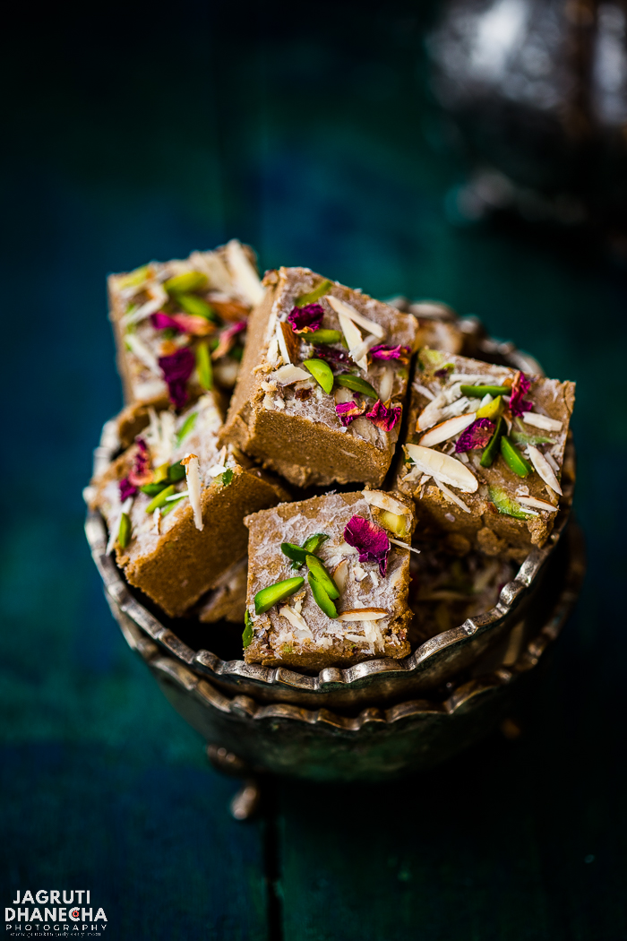 farli Rajgiro Magas is a scrumptious farali dish that can be enjoyed on fasting days and prepared with amaranth, water chestnut flours, ghee and sugar. These fudge is gluten free.