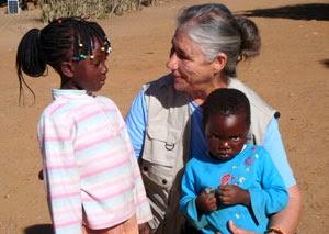 Misionera con niños ayudados por Infancia Misionera