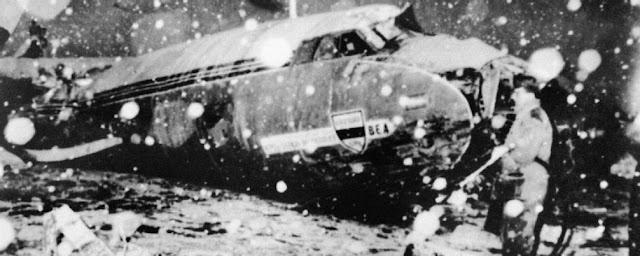 Escombros del avión que se estrelló después de despegar del aeropuerto de Múnich el 7 de febrero de 1958 durante una tormenta de nieve. A bordo estaban jugadores y staff del Manchester United.