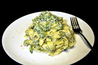 Makaronu z brokułem w sosie śmietanowo-serowym