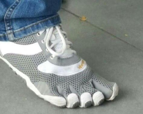 Sepatu yang ujungnya layaknya sarung tangan