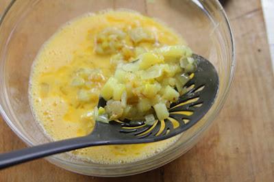 Mezclamos las patatas fritas con los huevos