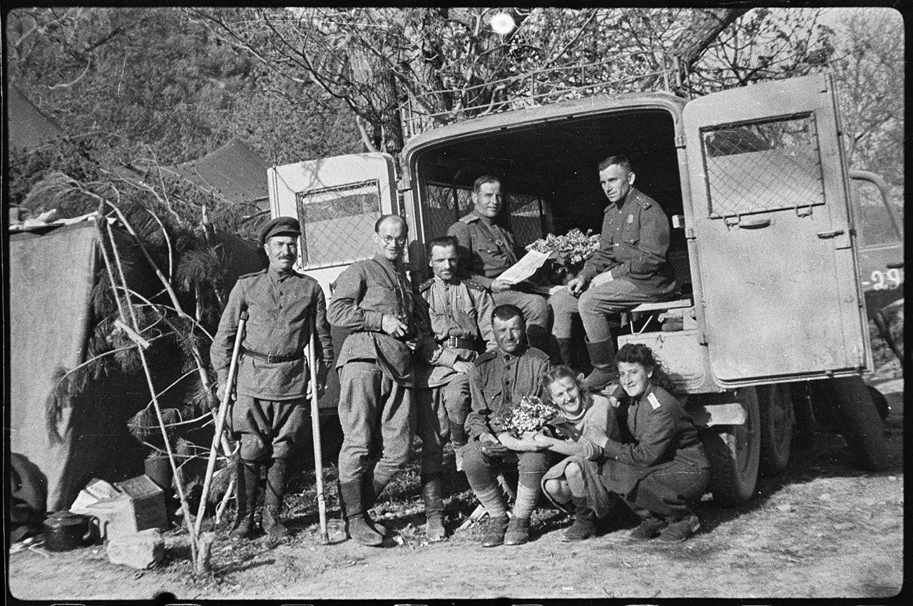 Группа работников 142-й мотострелковой бригады у машины комбата, 8 мая 1944 года