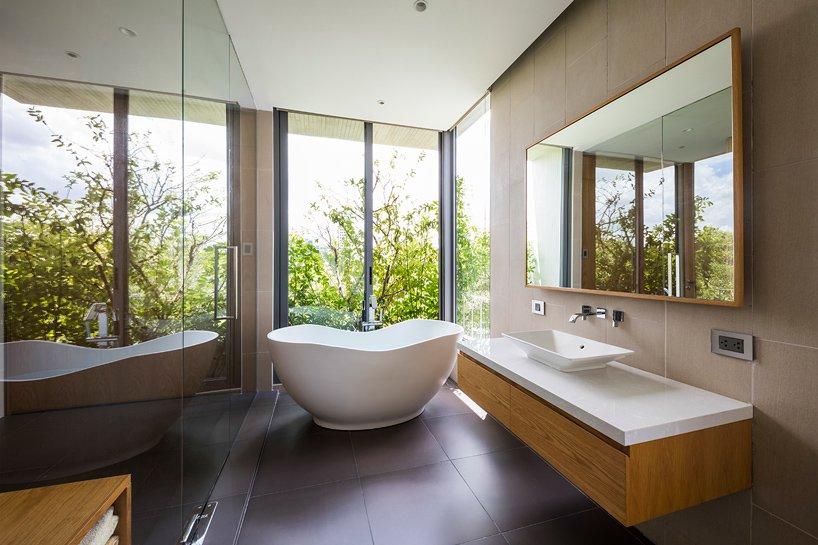 phòng tắm nhìn ra vườn cây xanh