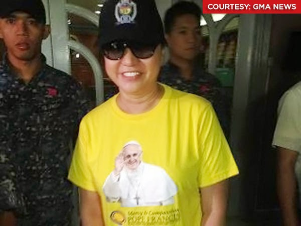 Jim Paredes Alleged Scandal Video Elicits Funny Reactions: Janet Napoles Wears Pope Francis Shirt At Bail Hearing