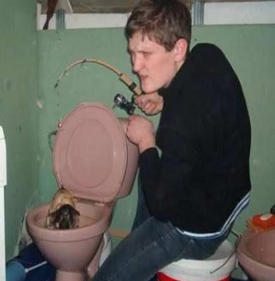 gambar lucu gratis mancing di toilet