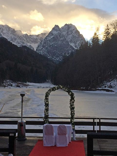 Winterhimmel über dem Wettersteingebirge, Eisblau und Leuchtrot, Winterhochzeit in den Bergen von Bayern, Riessersee Hochzeitshotel Garmisch-Partenkirchen, Winter wedding in Bavaria, Germany