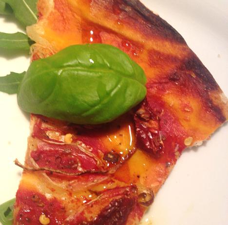 Homemade Pizza mit getrockneten Tomaten_My Kitchen Logbook by Marlene Grünzweil