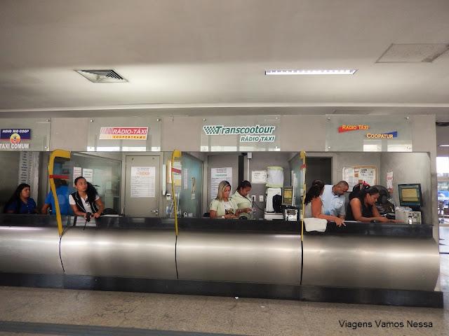 Guichês das cooperativas de táxis credenciadas, ficam ao lado da escada do desembarque.