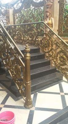 railing besi tempa tangga utama untuk rumah mewah