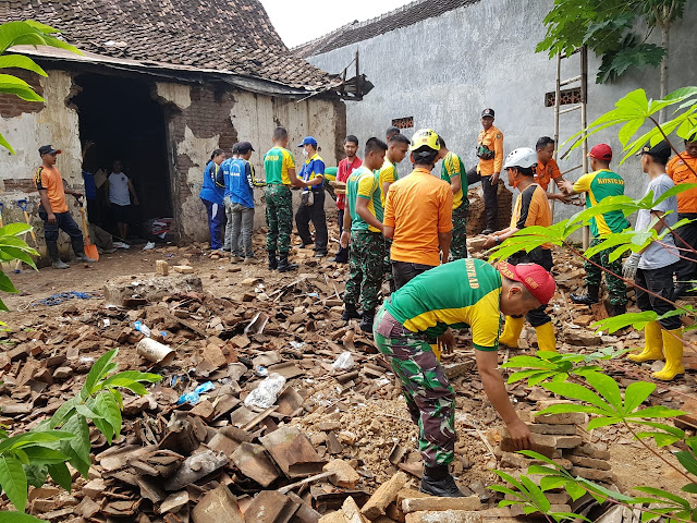 Hari Peduli Sampah Nasional di Timika, Brigif 20 Kostrad Gotong Royong Bersihkan Lingkungan
