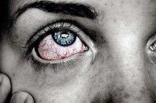 mulher arregalando olhos vermelhos