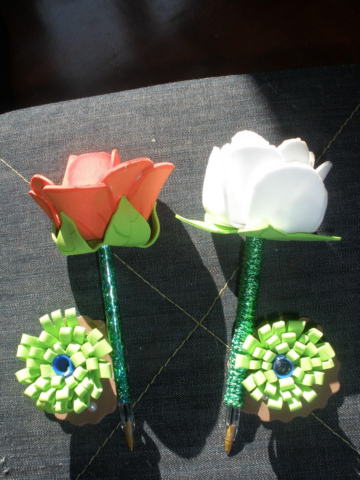 flores fofucha con boligrafo