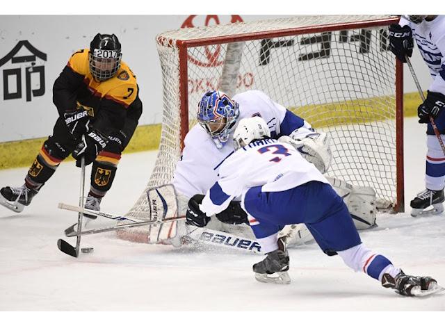La selección de Hockey sobre Hielo femenil de Alemania intenta anotar un gol a la de Francia en las eliminatorias rumbo a los Juegos Olímpicos de Invierno de PyeongChang 2018