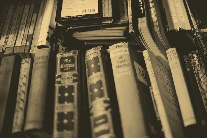 Pod nogą stołu i w samą głąb duszy albo książka jako element wystroju