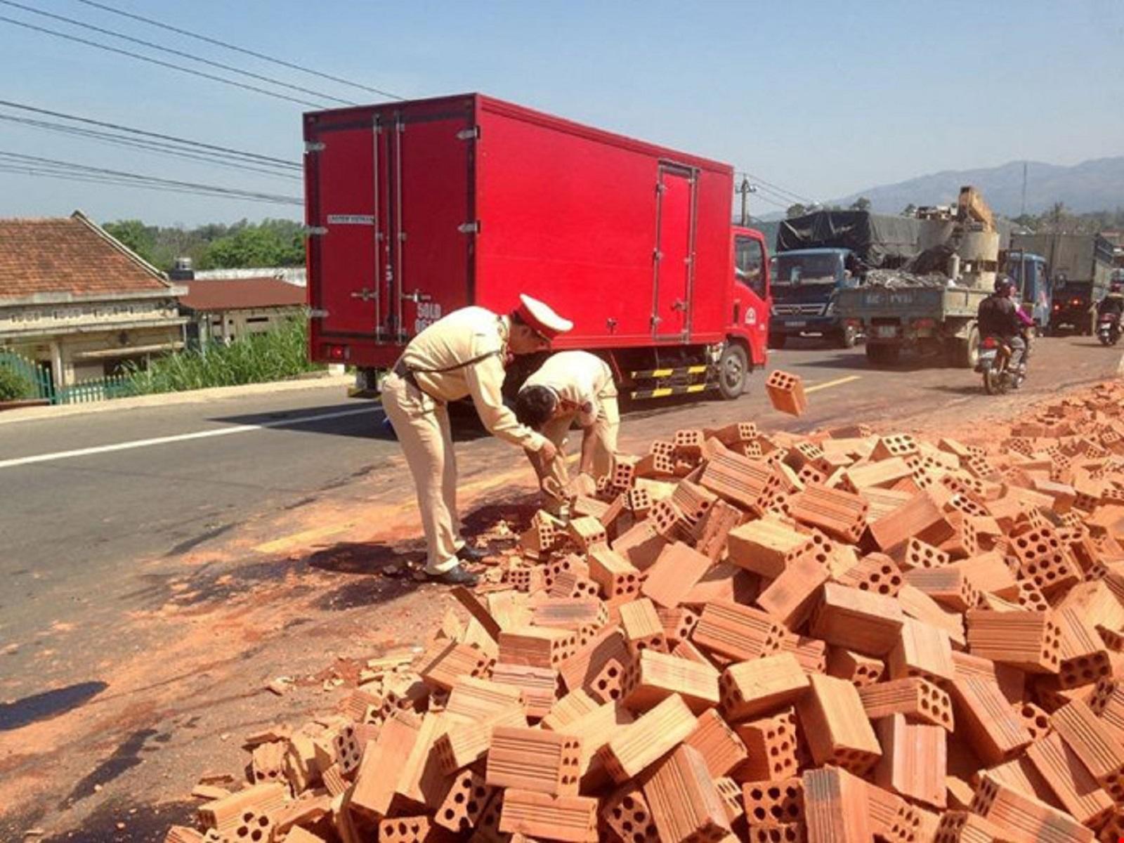 Gia Lai: CSGT xuống đường dọn gạch, mở lối cho xe lưu thông
