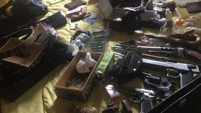 Sabu dan pistol yang ditemukan di rumah JGKS