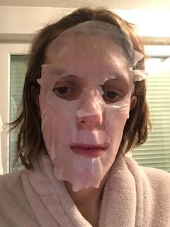 Masque tissu pour le visage à l'aloe vera IDC Institute appliqué sur le visage
