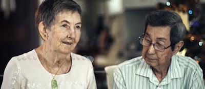 华裔老人抱怨儿子儿媳不孝顺,英国老人说的一段话让人 沉默了...
