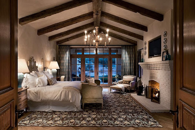 Luxus-schlafzimmer-rustikale-Design-mit-Kamin