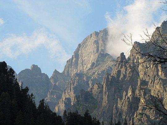Szczyt Łomnicy w chmurze (słow. Lomnický štít, niem. Lomnitzer Spitze, węg. Lomnici-csúcs)