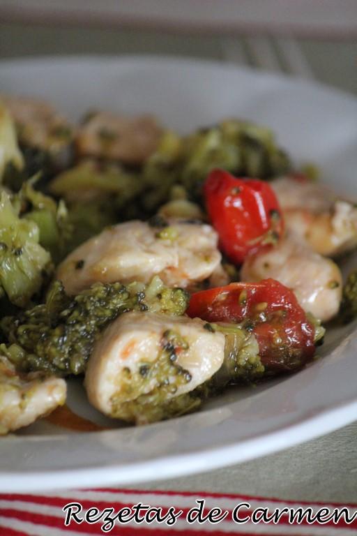 Brócoli con pollo y salsa de soja.