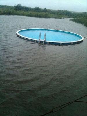 Alberca en medio del lago