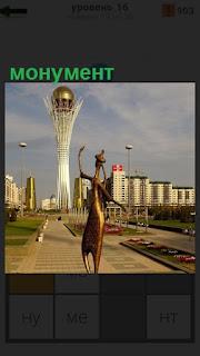 В середине площади установлен монумент, на вершине которого шар
