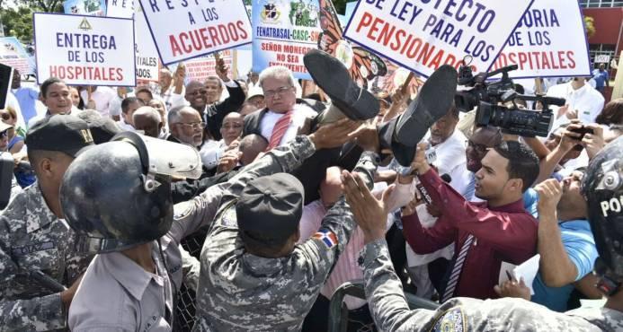 Waldo trata de entrar a la fuerza al Ministerio de Salud tras manifestación