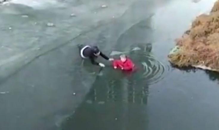 Seorang Nenek 70 Tahun Berhasil Diselamatkan Dari Sungai Yang Beku