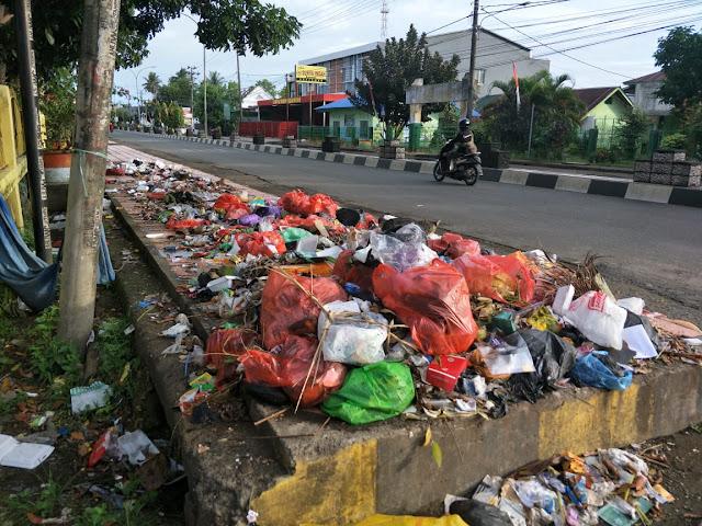 Sampah Masih Berserakan di Dalam Kota Kabupaten Bone
