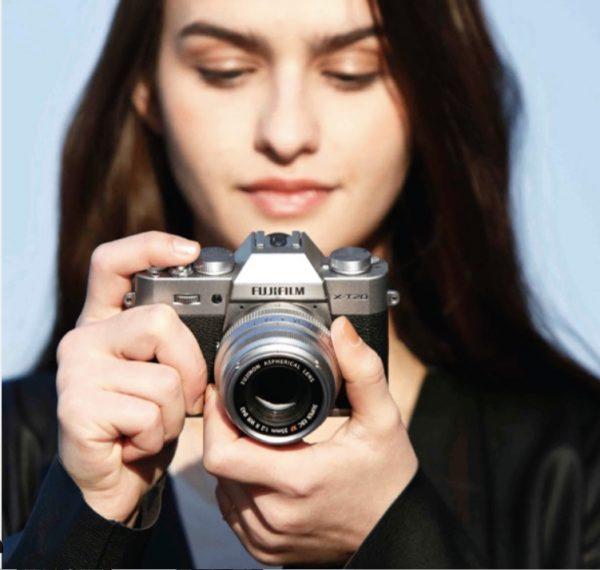 Девушка держит Fujifilm X-T20