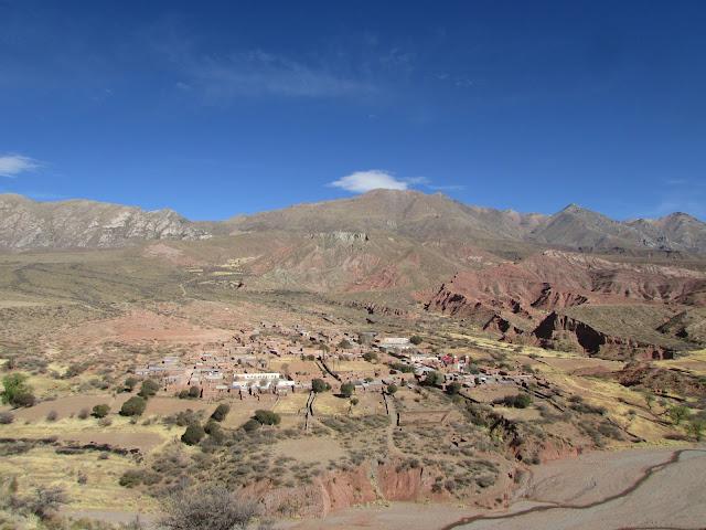 Bitte im Vollbildmodus ansehen dann bekommen Sie einen guten Eindruck der Lage von Esmoraca in den Bergen Boliviens. Im Vordergrund der Esmoraca Fluss und im Hintergrund die über 5000 m hohen Berge. Esmoraca liegt auf eine mittlere Höhe von 3477 m an der Pfarrkirche.