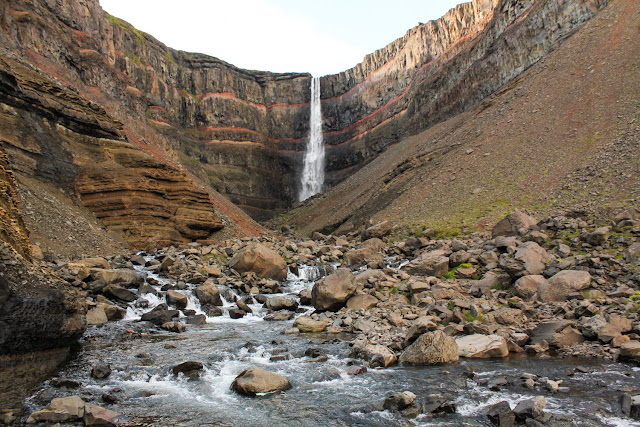 La cascada Hengifoss, una de las más altas de Islandia