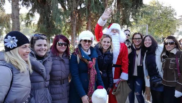 Ο Αη Βασίλης του Χριστουγεννιάτικου Χωριού του Κόσμου και οι θαυμάστριές του! (ΦΩΤΟ)