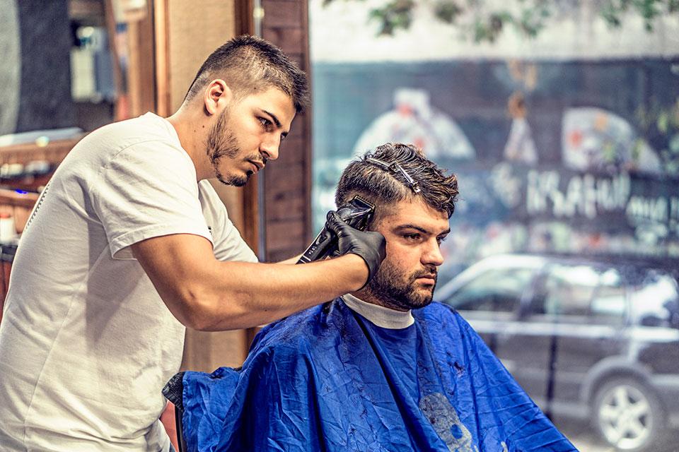 Corte de cabelo em uma barbearia. Foto: Pexels